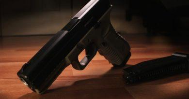 В Никольском 5-летняя девочка выстрелила себе в глаз из пистолета отца